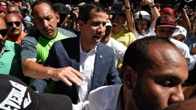 Venezuela crisis : Juan Guaidó vows to bring in aid
